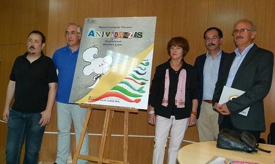 """""""Anividanzas"""", un regalo del poeta Manuel Laespada y del ilustrador Roselino López en Manzanares"""