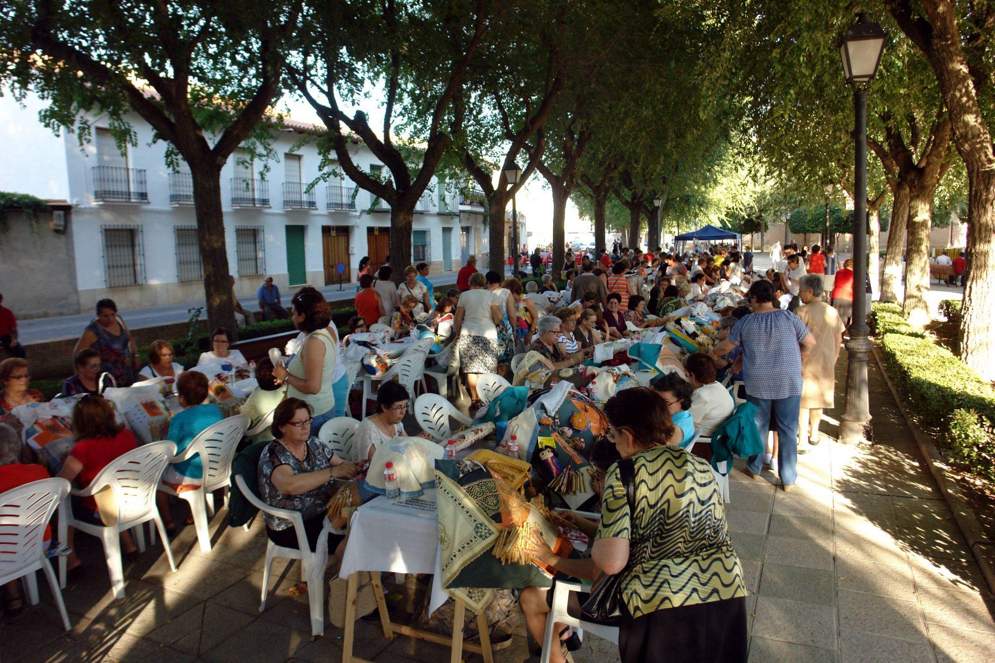 El 18º Encuentro Regional de Encajeras de Torralba acogió a casi 300 artesanas del bolillo