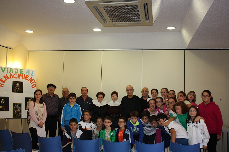El centro de mayores de La Solana realizó un viaje al renacimiento con alumnos del Sagrado Corazón