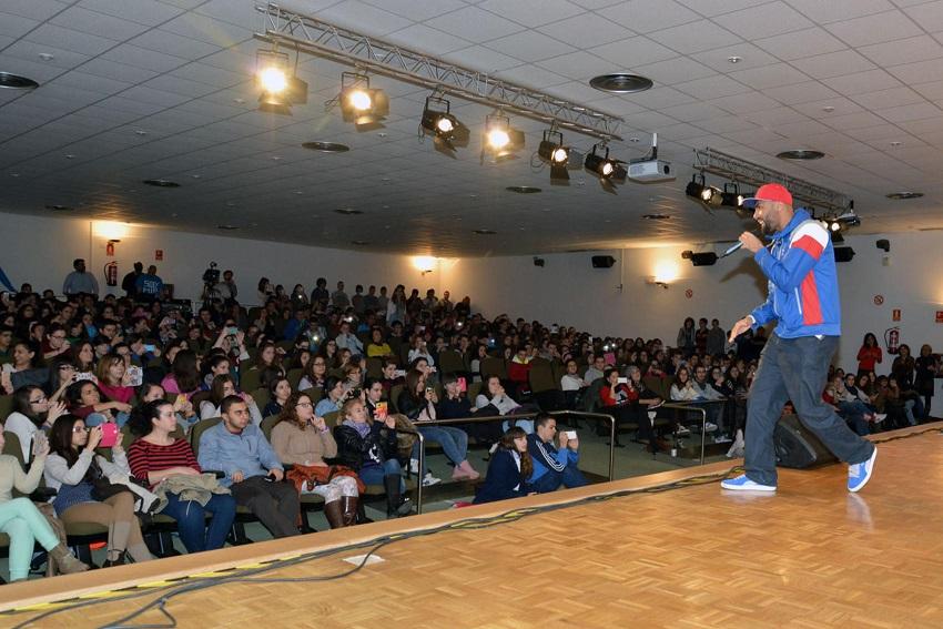 El Chojín conciencia con música a 400 jóvenes de la capital contra la violencia de género