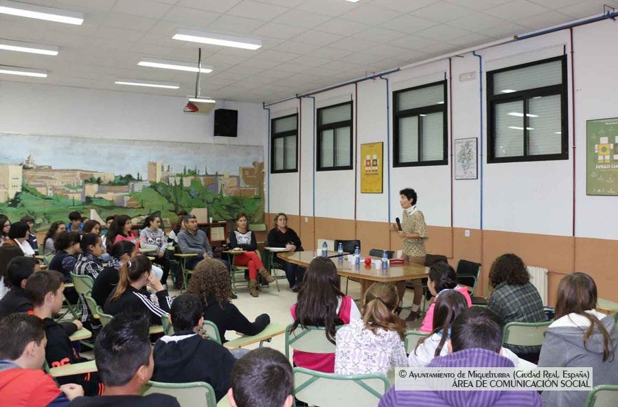 La Jueza de Menores de Ciudad Real, Eva Saavedra, explicó en Miguelturra las consecuencias legales de los actos vandálicos