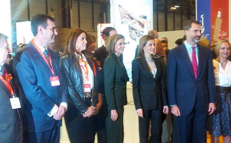 Rosa Romero saluda a los Reyes de España durante su visita al stand de Castilla-La Mancha en FITUR 2015