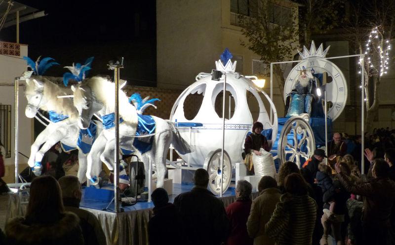 Personajes de cuento acompañan a los Reyes Magos a su paso por Manzanares