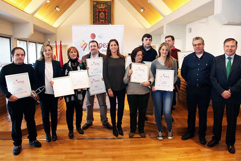 La alcaldesa de Ciudad Real entrega los premios a los ganadores de la VIII edición de Tapearte