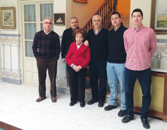 de izquierda a de- recha, Paco y Sebastián Marín, Emilia Perona, Aurelio Marín (hijos y es- posa de Francisco Marín), Alberto y Aurelio Marín (Nietos de Francisco Marín)