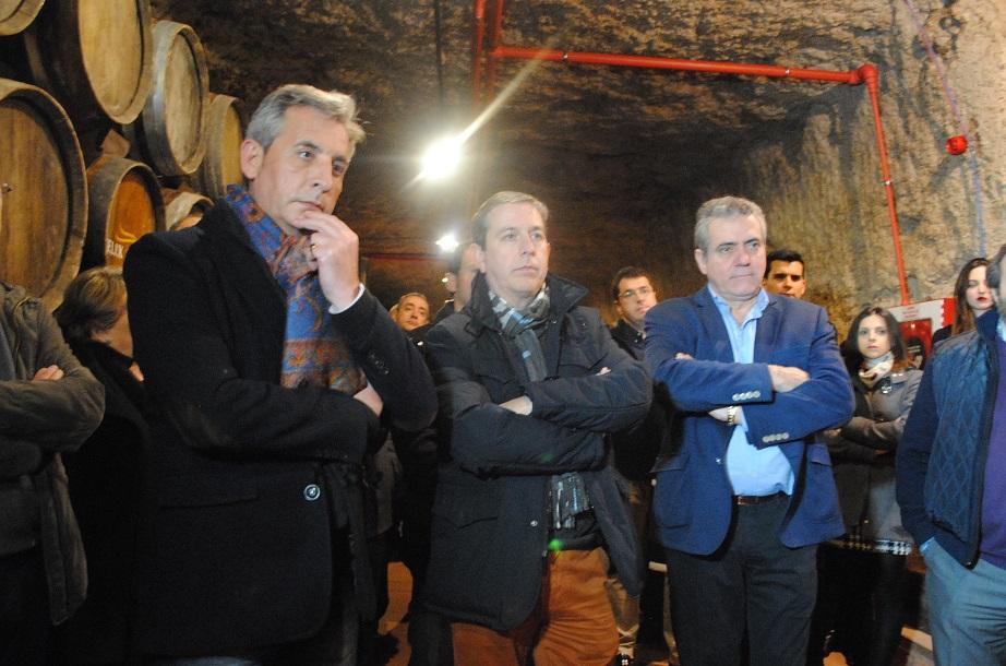 El alcalde visitó la cueva de la histórica Bodega Los Llanos, que abre sus puertas