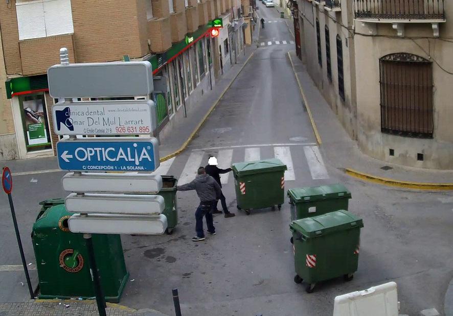 Las cámaras de vigilancia identifican a dos jóvenes cruzando contenedores en La Solana