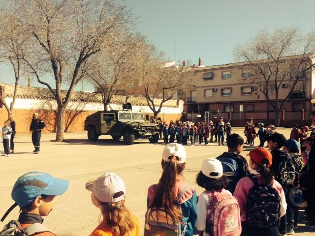 La UME explica su trabajo a los escolares de Manzanares