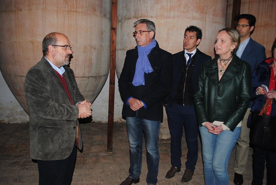 El alcalde acompañó a la Consejera de Empleo y Economía en su visita a la ' bodega de las estrellas '