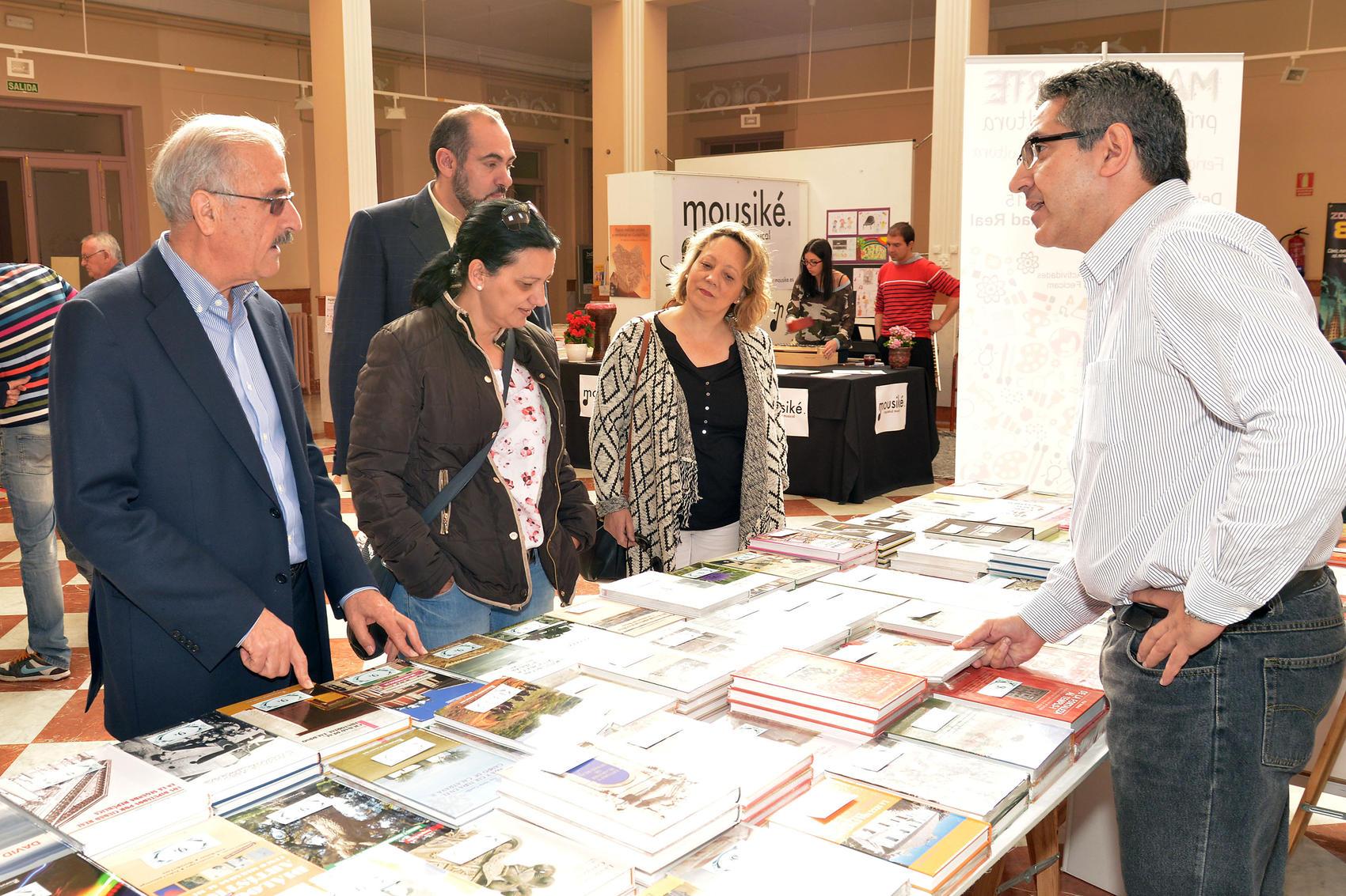 El Vicepresidente de Cultura y varios diputados provinciales visitaron la Feria del Libro de Ciudad Real