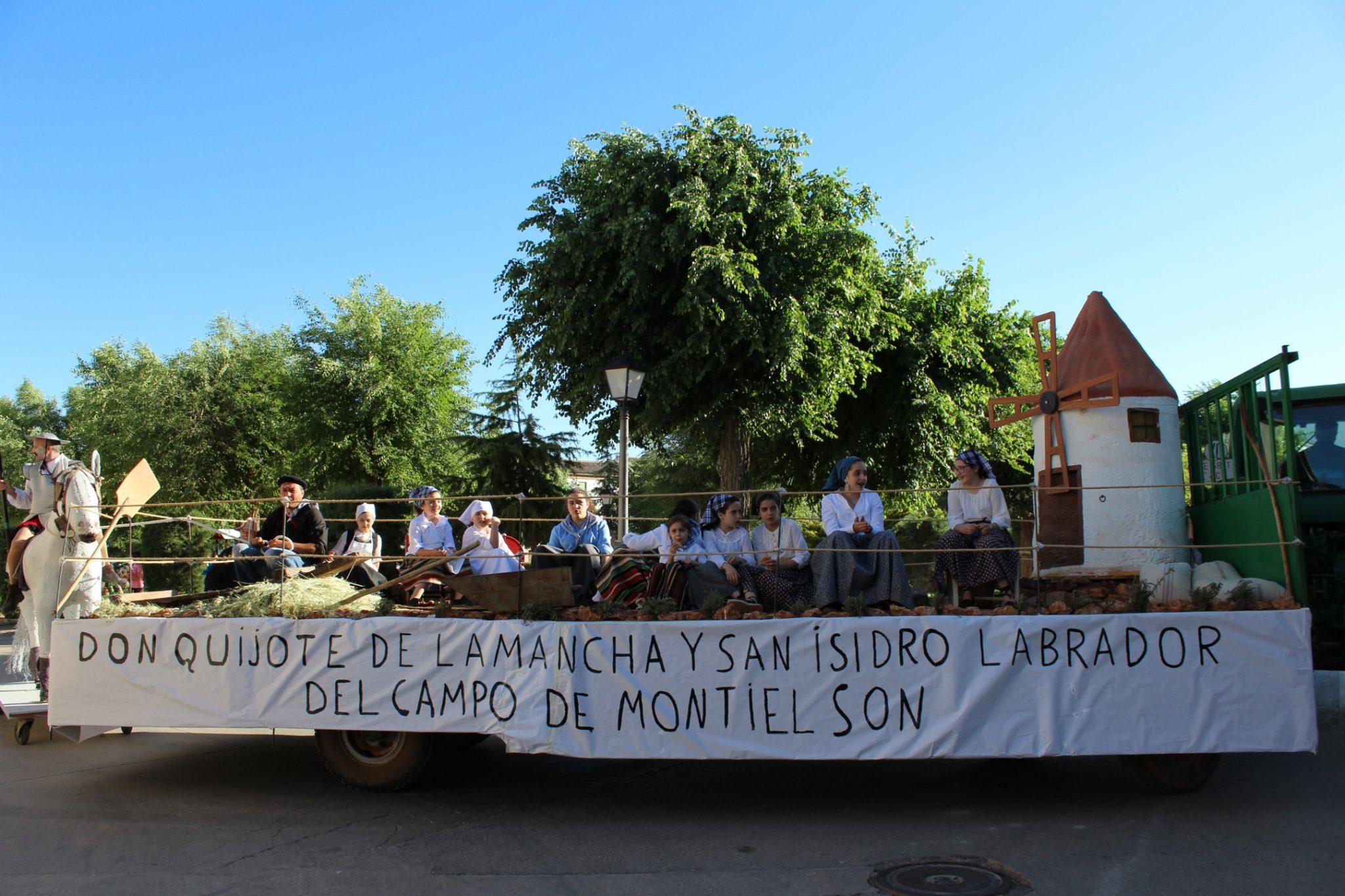 Carrozas, yuntas y tractores acompañan a San Isidro en procesión en Villanueva de los Infantes