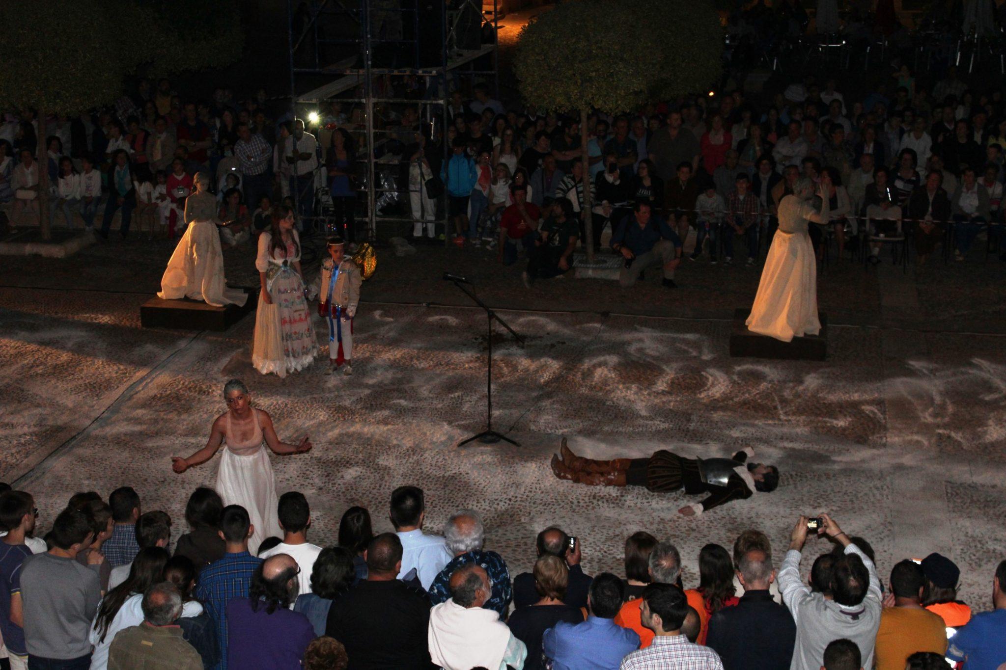 Cientos de espectadores asisten en Infantes al entierro de Don Quijote
