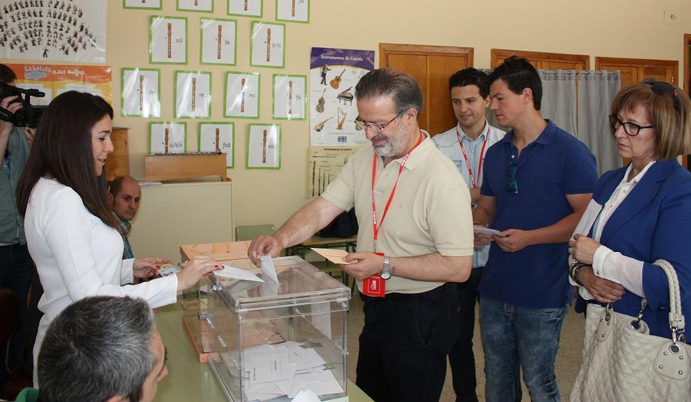 Vota Nemesio de Lara con su esposa y dos hijos