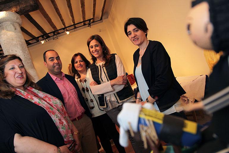 La alcaldesa, Rosa Romero, visita la exposición de encaje de bolillos en el Museo López-Villaseñor