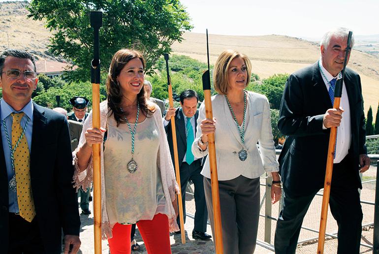 La alcaldesa en la procesión de la Hermandad de San Isidro en la capital a la que también ha asistido la presidenta Cospedal