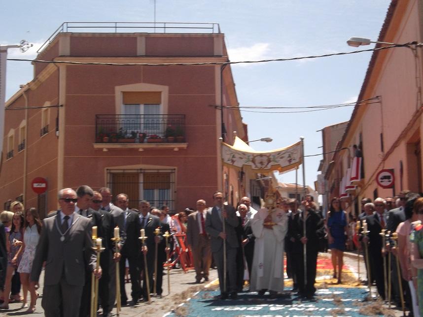 Las alfombras ornamentaron las calles de La Solana para la procesión del Corpus