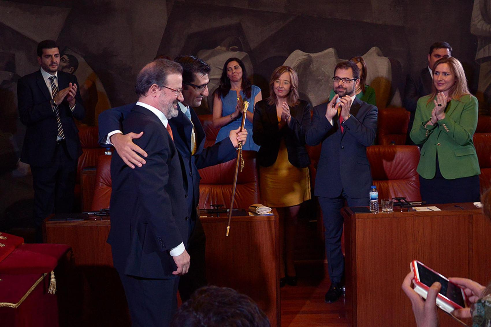 Jose Manuel Caballero recibe el bastón de mando de manos de Nemesio de Lara