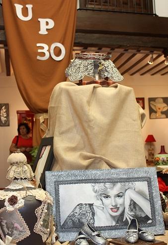 Talento y creatividad en la exposición de azulejería y manualidades de la Universidad Popular de La Solana