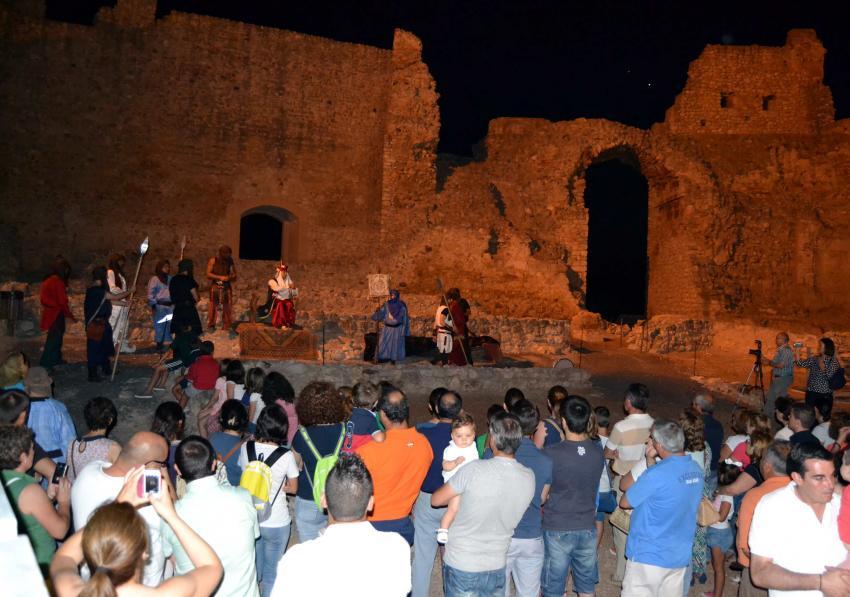 Más de 50 actores aficionados y cientos de visitantes homenajean al poeta local Joaquín de Zaldívar en Calatrava La Vieja de Carrión, en una noche mágica