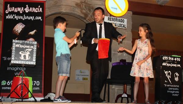 El Mago Juanma deleitó a público con trucos imposibles con mucho humor en la plaza mayor de La Solana