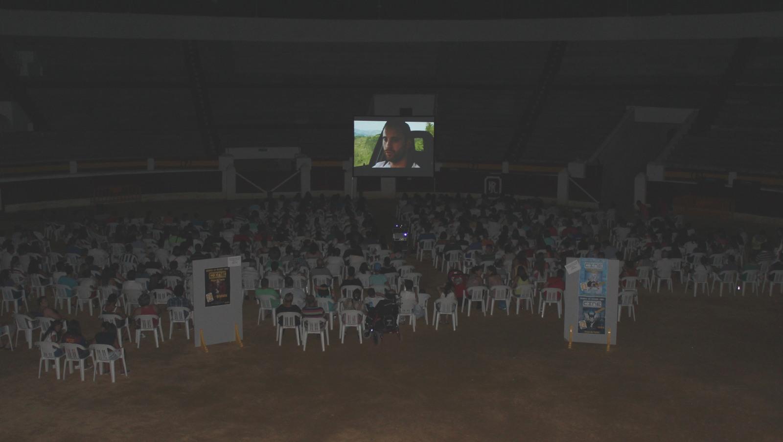 La proyección de ' Ocho apellidos vascos ' reúne a 700 personas en la Plaza de Toros