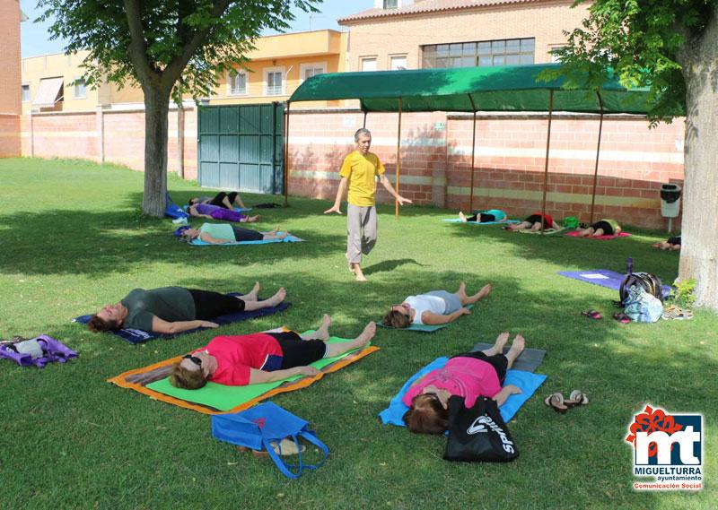 cursos de yoga en la piscina