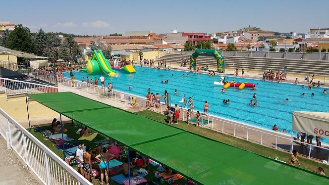 Más de 1.000 personas acudieron a la fiesta acuática de la piscina de Los Llanos