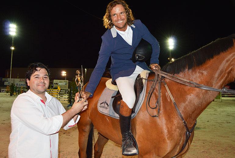 David Triguero entregó la copa al jinete vencedor del Concurso Hípico Nacional de Saltos
