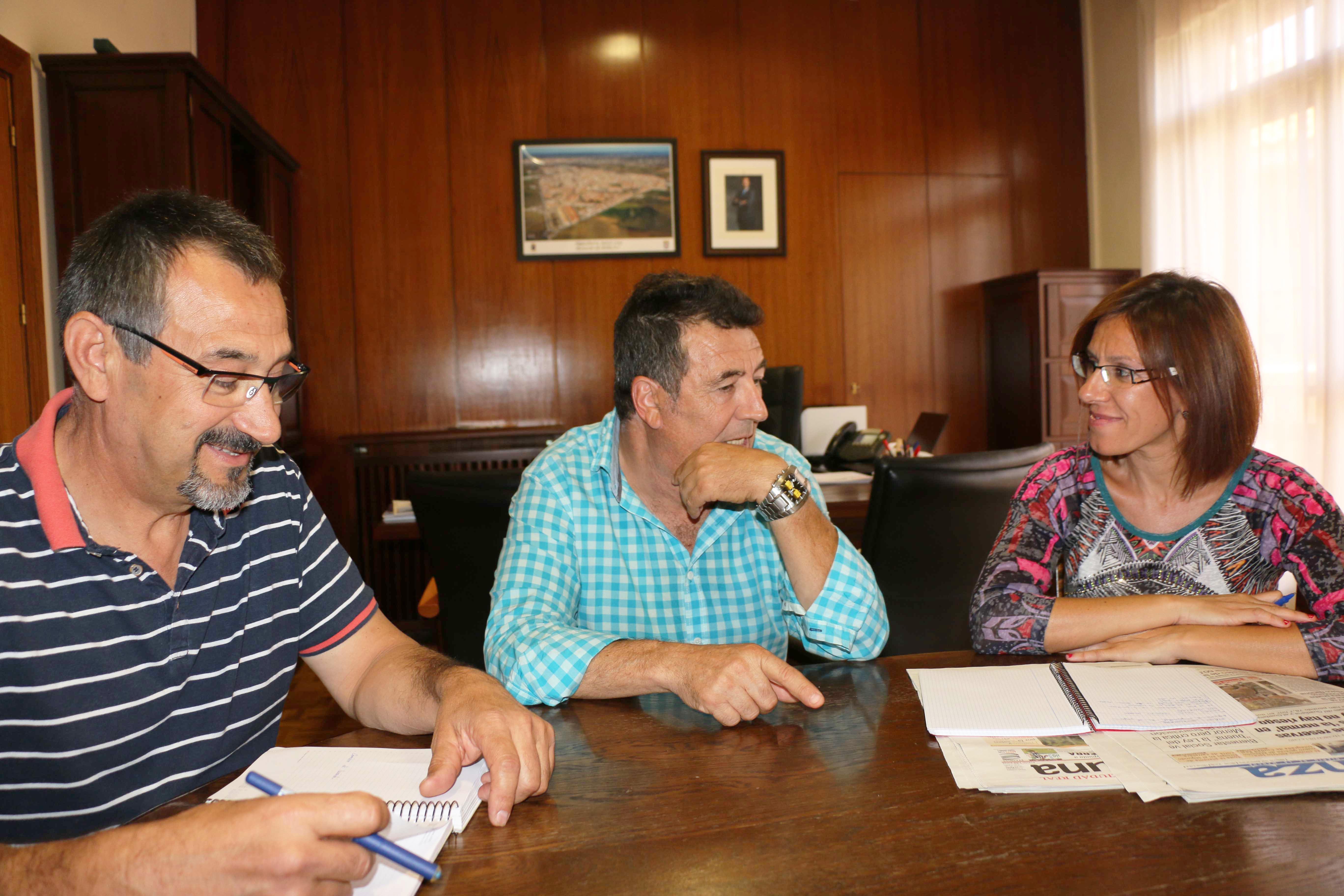 reunión de Miguel Fernández, Juan José Sansebrín y Victoria Sobrino