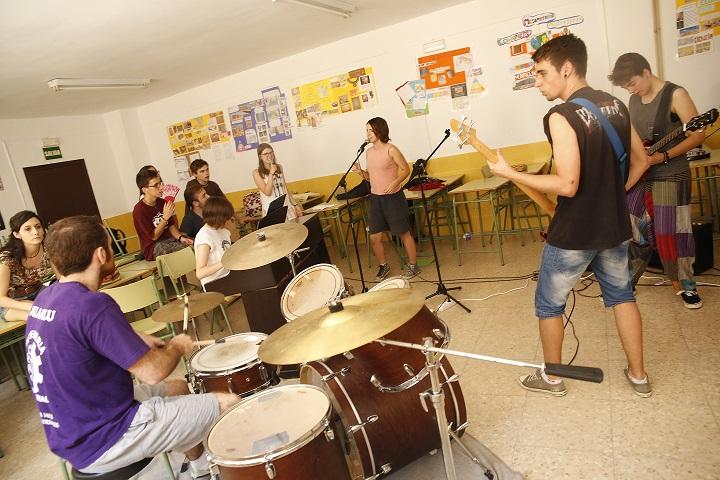 Los jóvenes de la Semana del Rock tocan en acústico en los Paseos del Río