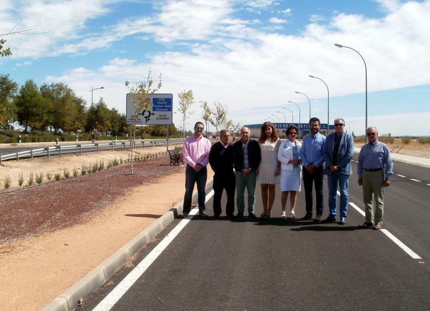 Alcaldesa, empresarios y técnicos, durante la recepción del nuevo suelo industrial urbano