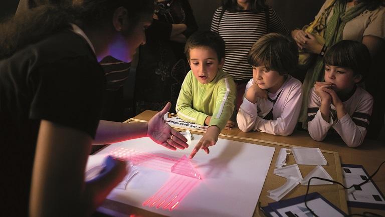 Participantes del taller 'Descubriendo la luz' de Ciudad Ciencia