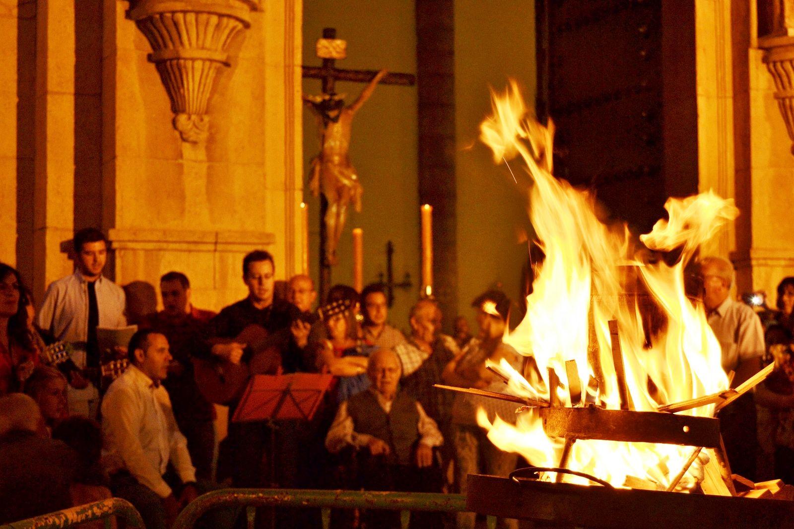 """Centenares de daimieleños participan en la """" quema de los cubos """" en honor al Cristo del Consuelo"""
