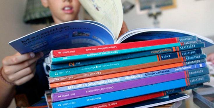 joven con libros de texto escolar