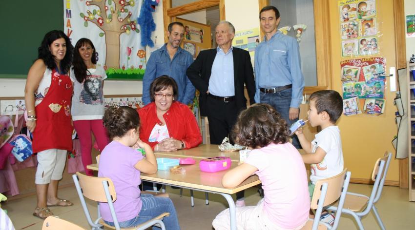 Olmedo destaca en Poblete el compromiso de la Junta al iniciar del curso escolar con el aumento de profesores y ayudas de comedor y la reducción de ratios
