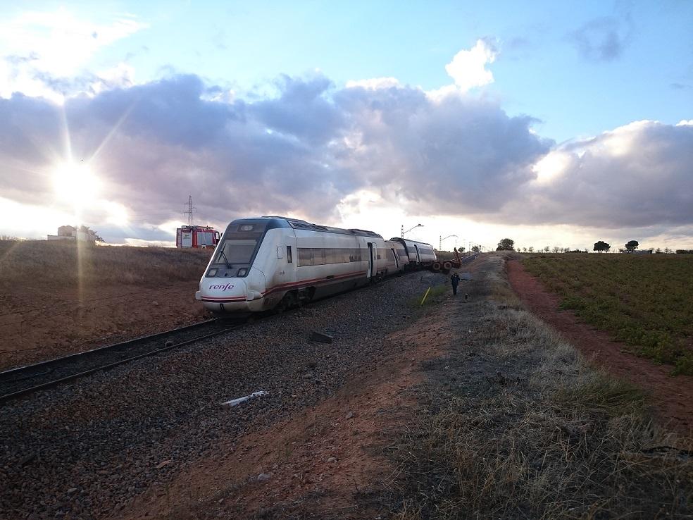 14 heridos tras chocar en Manzanares un tren con un volquete que llevaba un camión