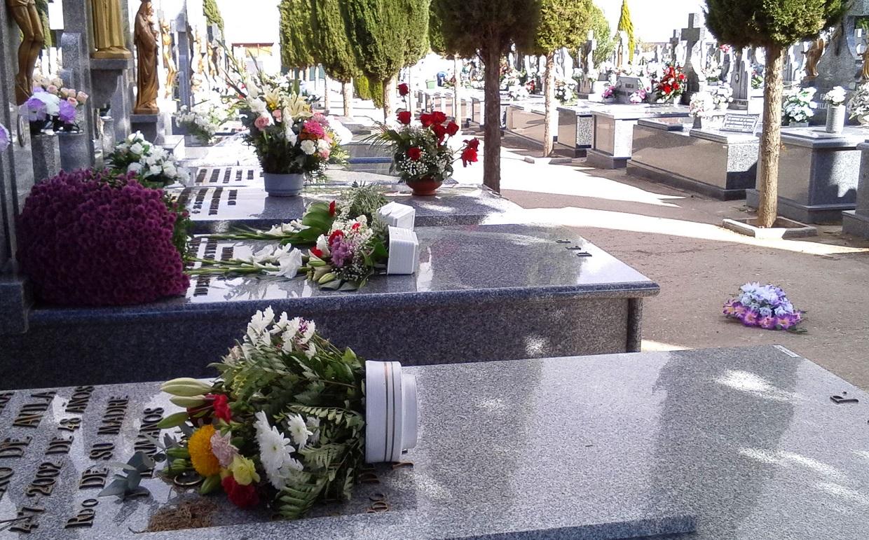 El viento derribó muchos ramos y centros de flores del cementerio