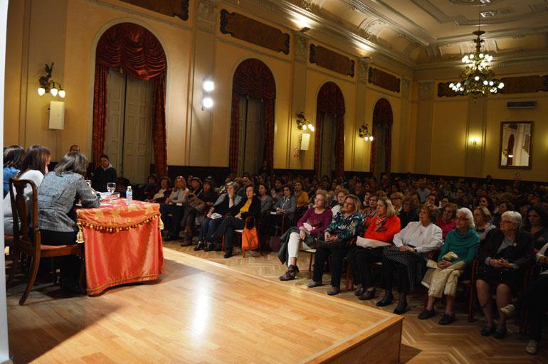 El Antiguo Casino se llena de lectoras para encontrarse con María Dueñas