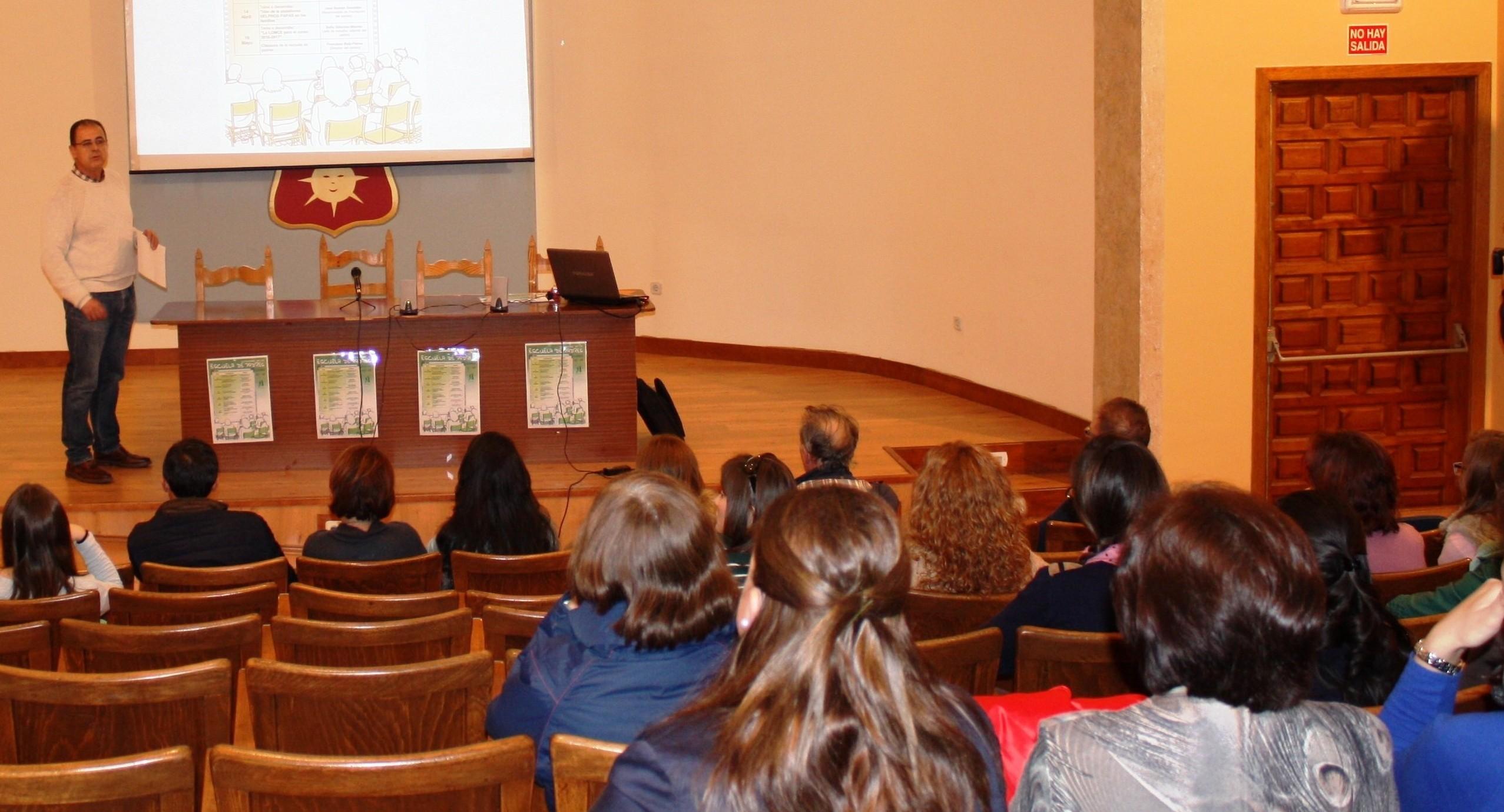 La dimensión europea del centro abrió la escuela de padres del IES Modesto Navarro