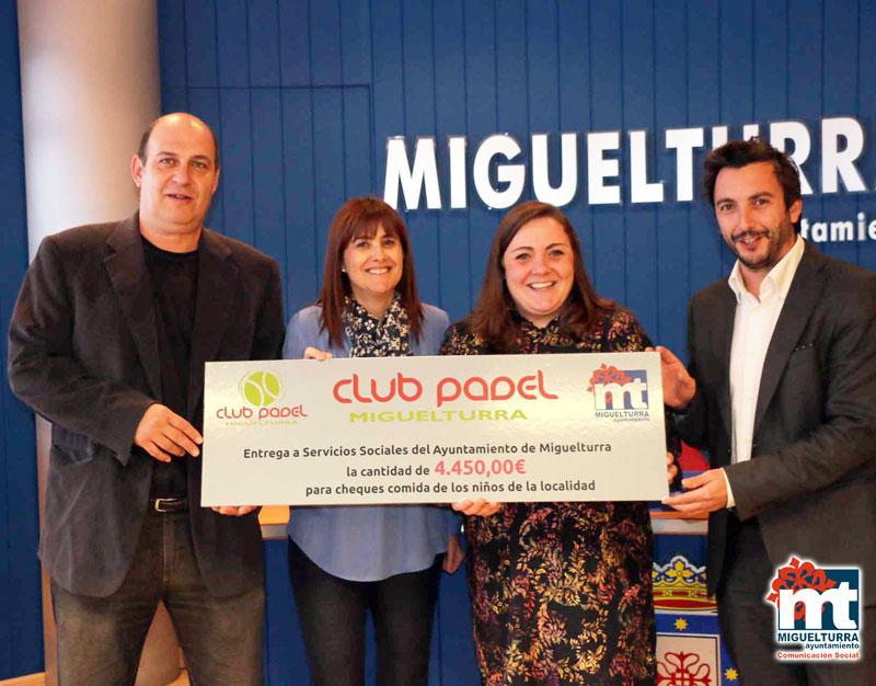 Bienestar Social recibe 4.400 euros del Club de Pádel de Miguelturra en un acto solidario para alimentación infantil
