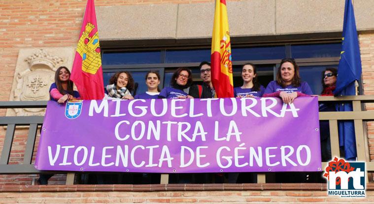 Miguelturra se convierte en un lazo humano contra la violencia de género.