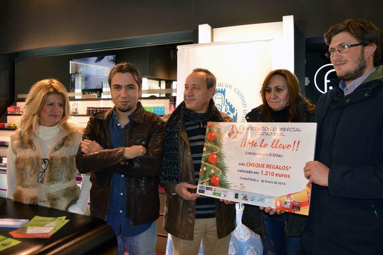 Entregado el cheque-regalo de 1.200€ de la campaña de Navidad de la Asociación Comercial de Ciudad Real