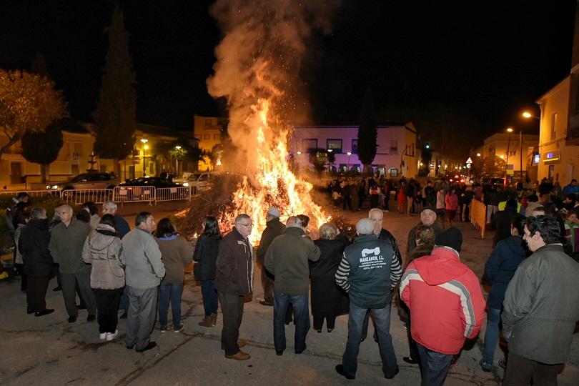 Las hogueras de San Antón iluminan las calles de Argamasilla de Alba