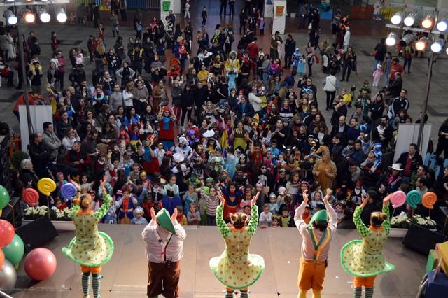 """Los más pequeños disfrutan del baile enmascarados en la Fiesta Infantil del Carnaval"""""""