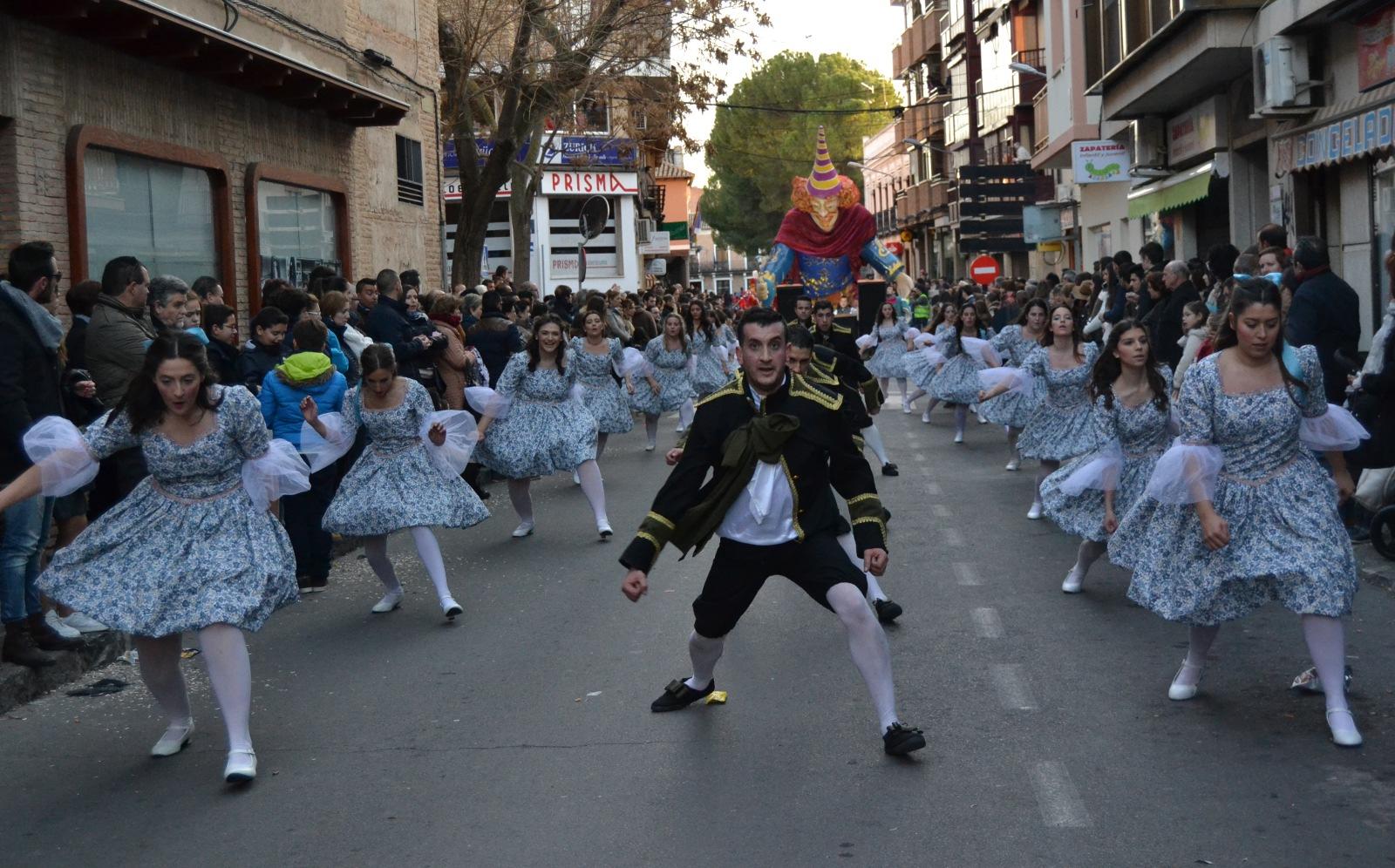 Música, bailes y color en el desfile de peñas, charangas y carrozas de Daimiel