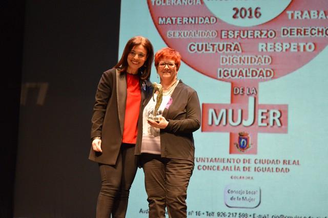 """Pilar Zamora entrega a Lola Moreno el Premio """"Empoderamiento y Liderazgo 2016"""""""