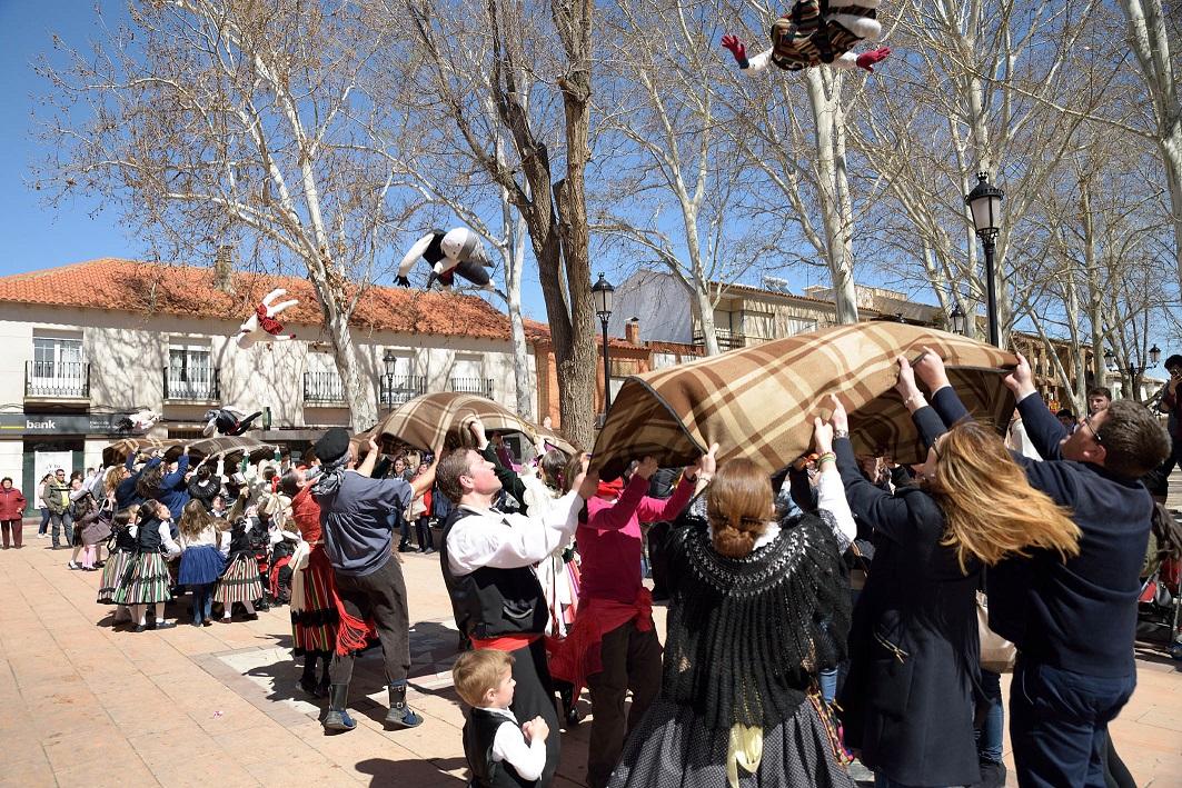 Numeroso público se congrega en torno al manteo del pelele