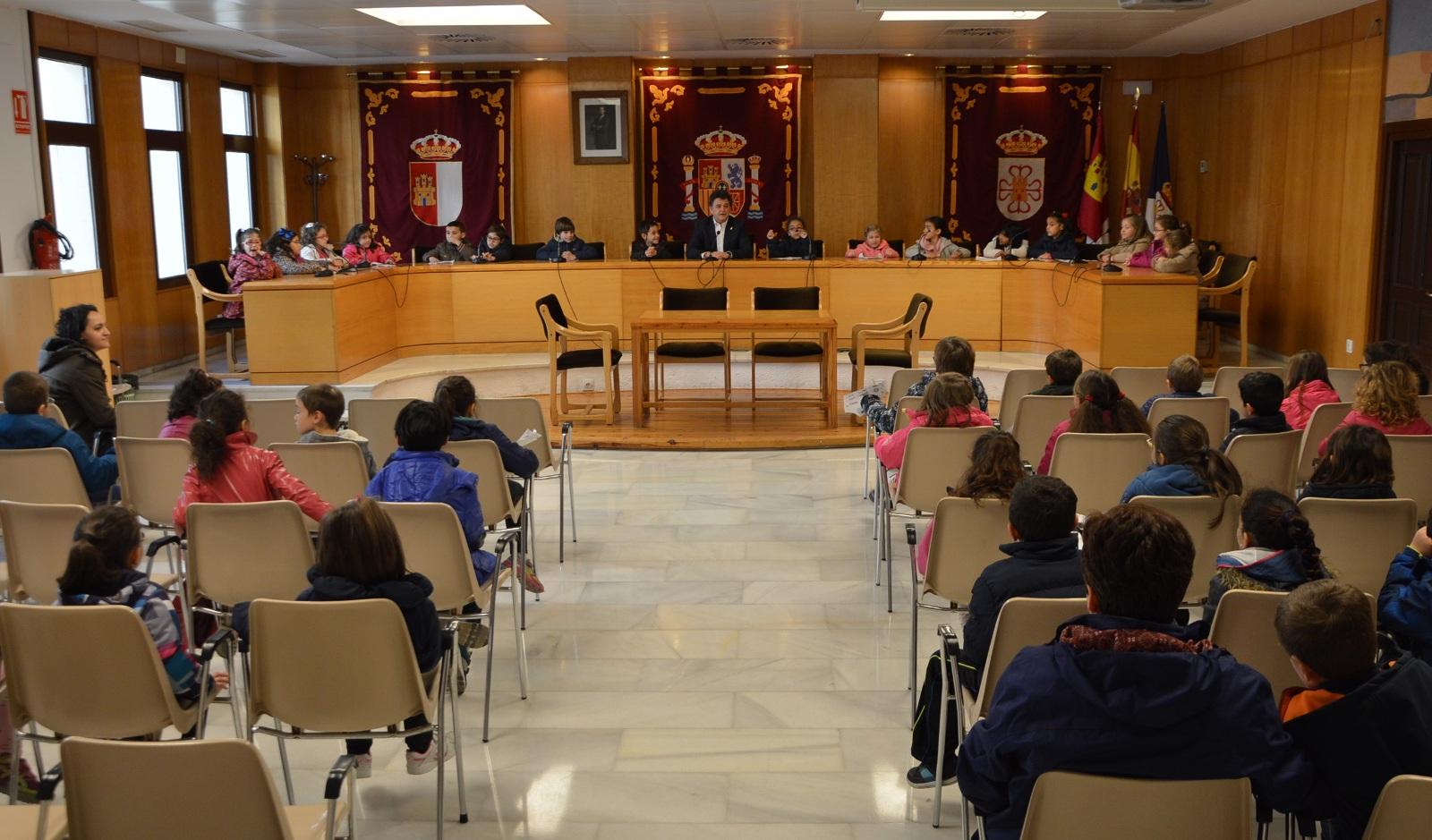 Medio centenar de alumnos de Primaria conocen el Ayuntamiento