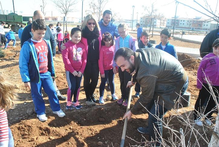 Medio Ambiente celebra con los escolares el Día del Árbol en Tomelloso