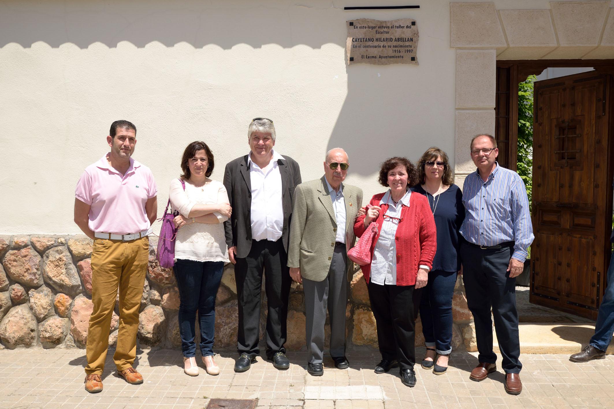 Académicos de la Argamasilla frente a la placa del taller